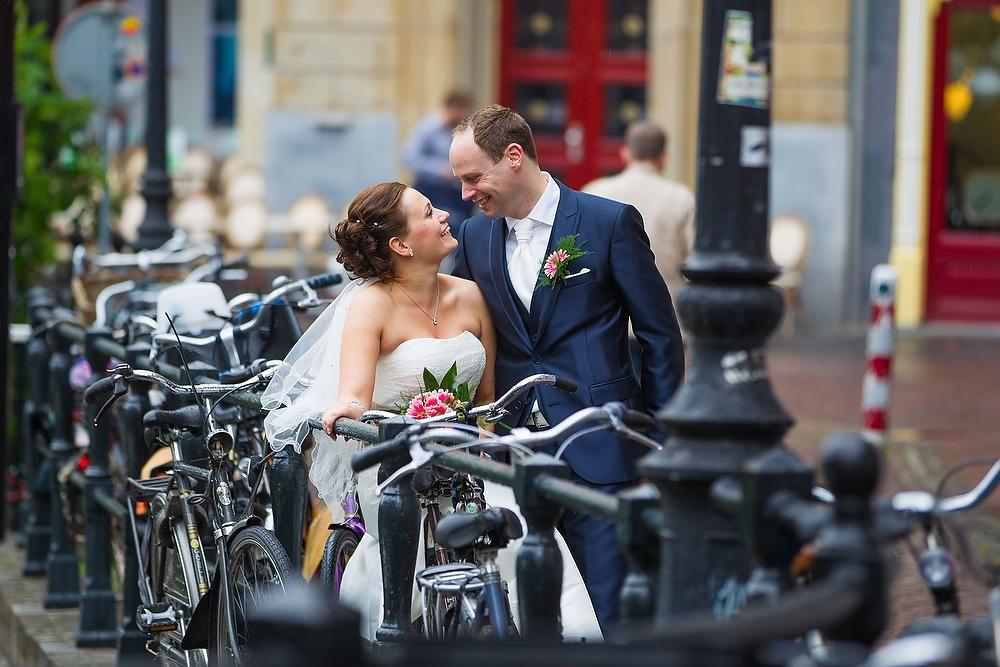 trouwshoot bruidsfotografie in Utrecht - bruidspaar bij de fietsen in Utrecht