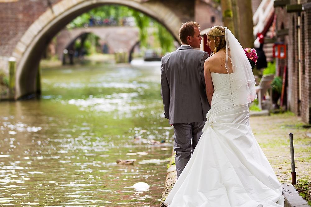 trouwshoot bruidsfotografie in Utrecht - bruidspaar bij de grachten