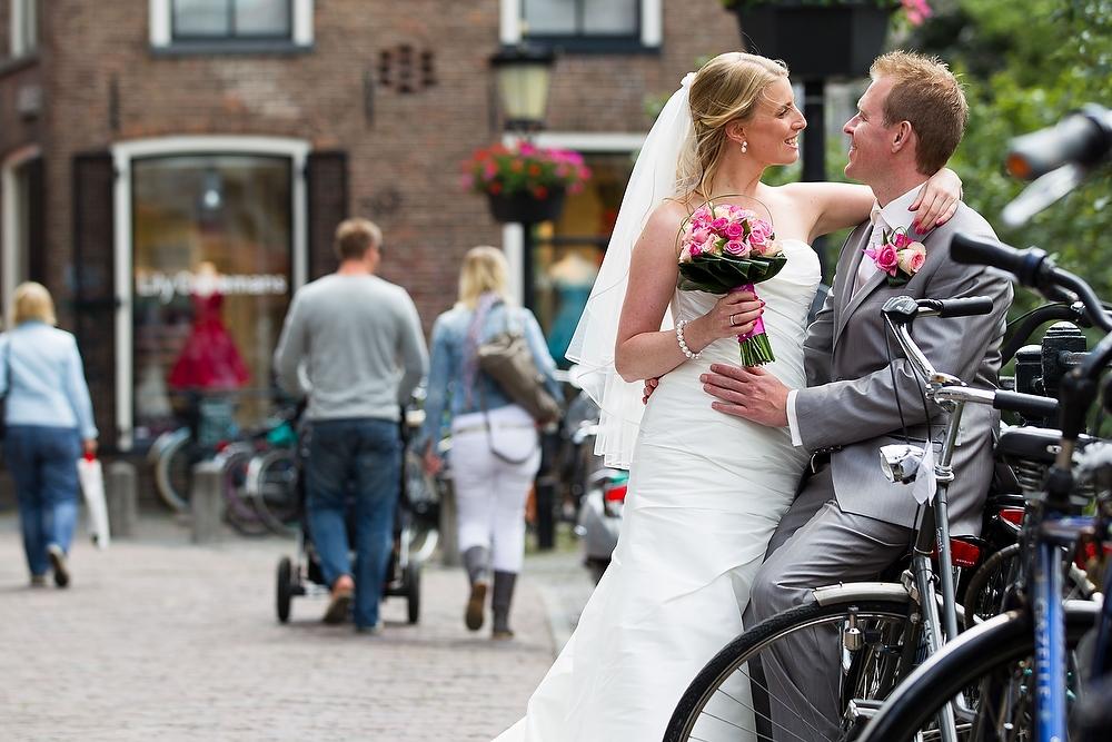 trouwshoot bruidsfotografie in Utrecht - bruidspaar in de stad bij fietsen