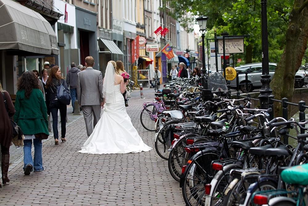 trouwshoot bruidsfotografie in Utrecht - centrum winkelstraat