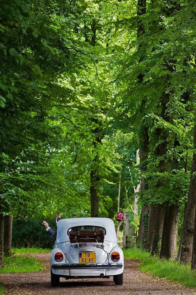 trouwshoot bruidsfotografie in Utrecht - park met trouwauto
