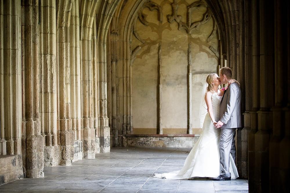 trouwshoot bruidsfotografie in Utrecht - bruidspaar zoenend in de Domtoren