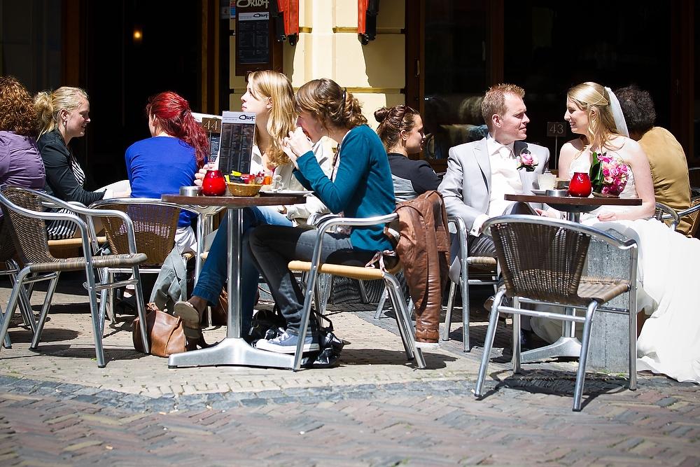 trouwshoot bruidsfotografie in Utrecht - bruidspaar op het terras