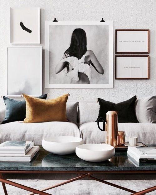Bleke zetel met subtiel gekleurde kussens