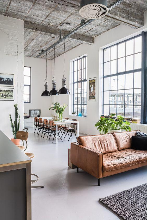 Vergelijkbare ruimte met camelkleurige zetel