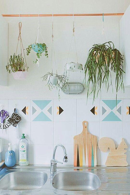 Kleur in de keuken (planten, snijplank, tegels)