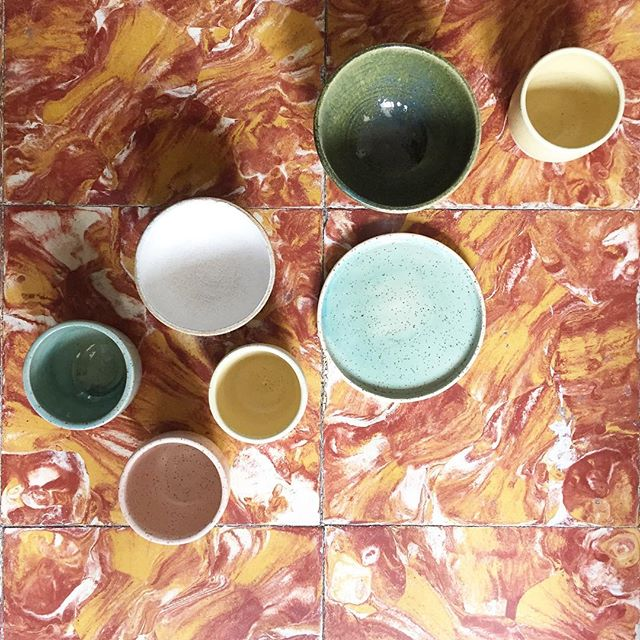 Crazy 70's floors and my ceramics. @marimasot te guardo una baldosa 🤪 #ceramics #ceramica #poblenou #handmadeinbarcelona #wheelthrown #stoneware #fuego