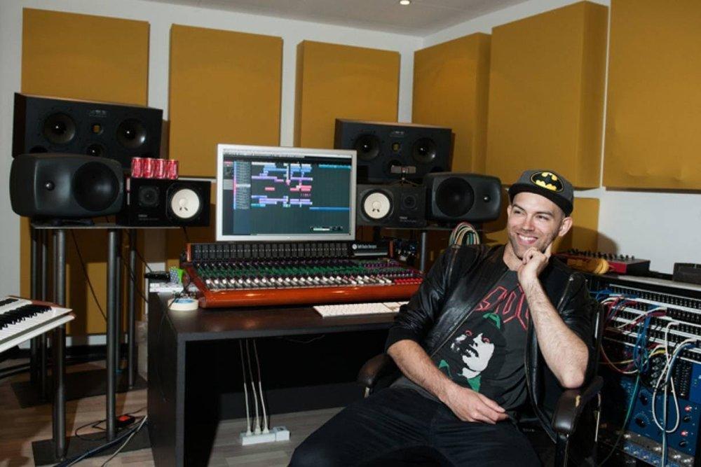 Thomas Stengaard har været med til at skrive flere hits til Cisilia og produceret for navne som Dúné og Carpark North. Til september er han en af instruktørerne på Music Maker Co-write.