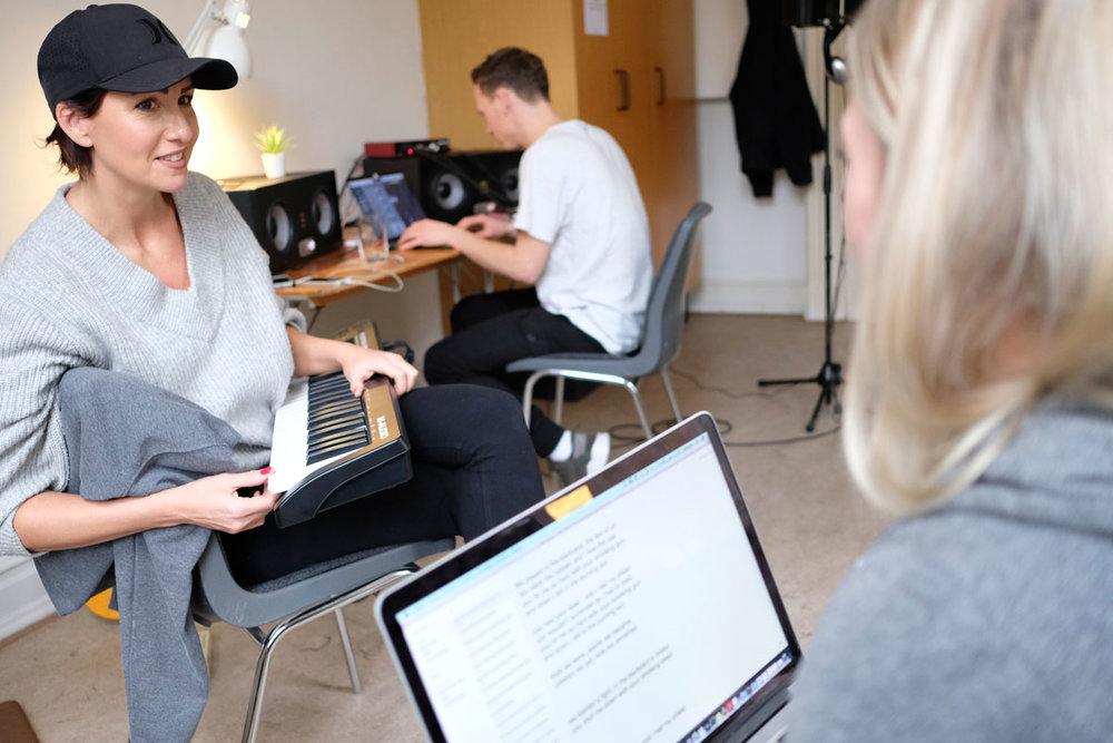 Pro-writer Maria Marcus (tv.) med deltagere Rasmus Lundgaard Olsen og Simone Tang. Foto: Christina Jensen
