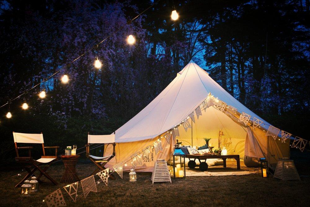 グランピングテントイメージ。テント外のテーブルと椅子以外の装飾品はオプションとなりますのでご相談ください。