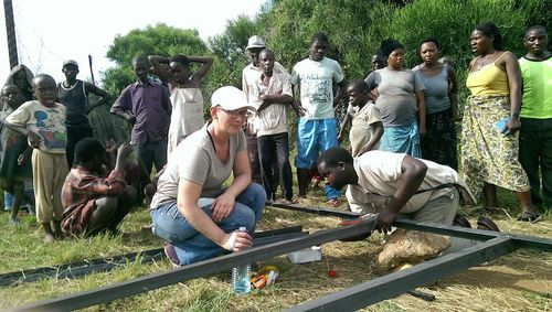 Mona from IUG and Pascal from Fontes constructing the frame for the solar panels.