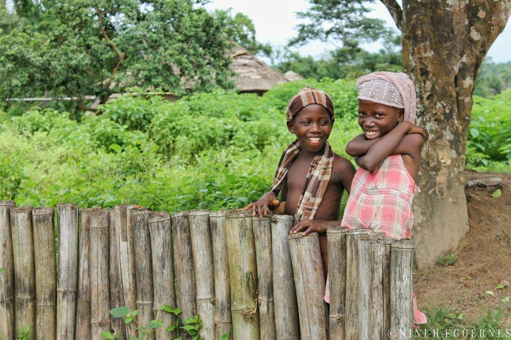 Foto Nini Hæggernes. Smilende og nysgjerrige barn er du garantert å møte i Sierra Leone.
