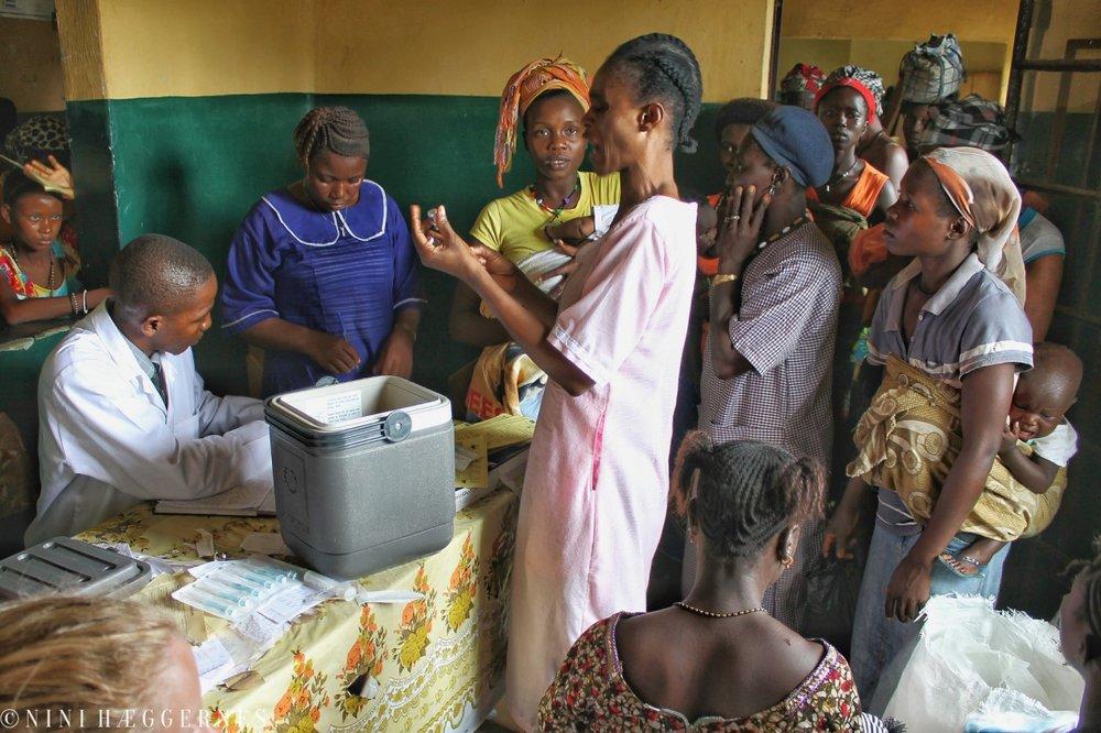 Foto Nini Hæggernes. Det er trangt om plassen når gravide og nybakte mødre fra området samles for å få gratis helsehjelp og vaksinering av barna.