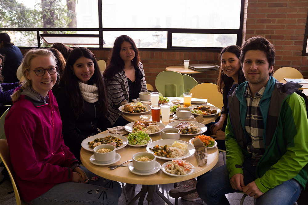 Figure        SEQ Figure \* ARABIC     2      : Lunch with some students from La Salle