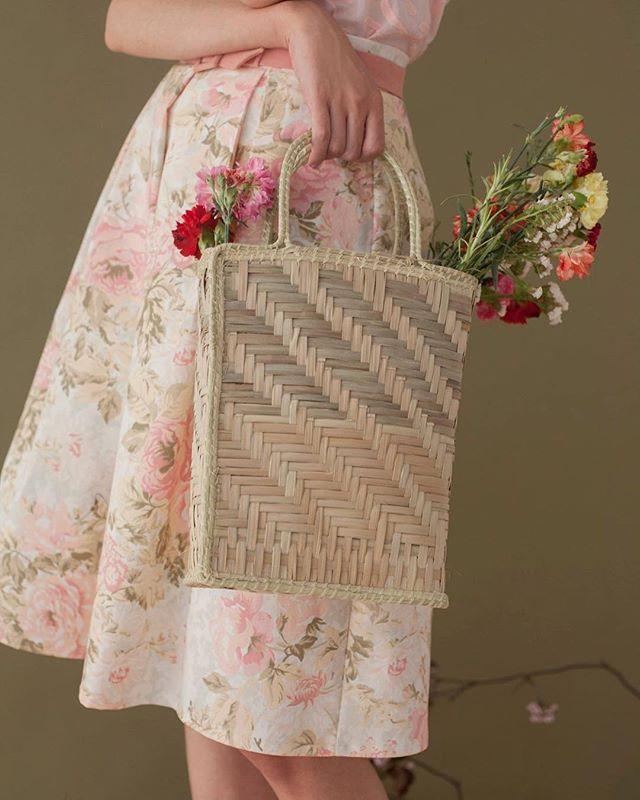 La falda Rose ya está online ❤️ la canastita de mimbre fue tejida por Ana Anello de la asociación QOM directo desde el impenetrable en el Chaco! Las carteras por ahora solamente estarán en venta en el local. Porque son poquitas y faltan llegar más!
