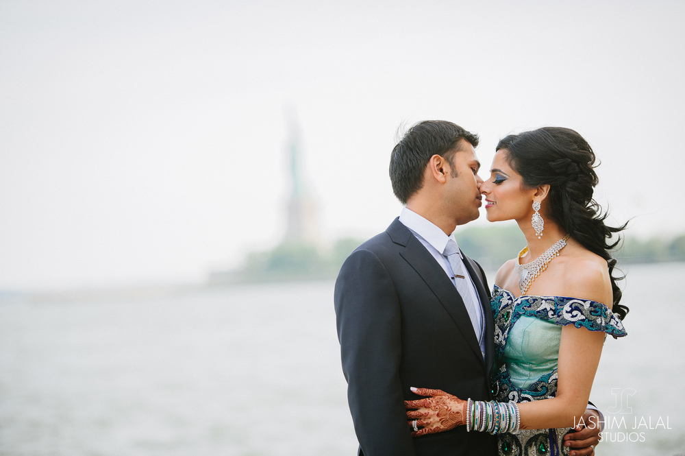 INDIAN COUPLE WITH STATUE OF LIBERTY