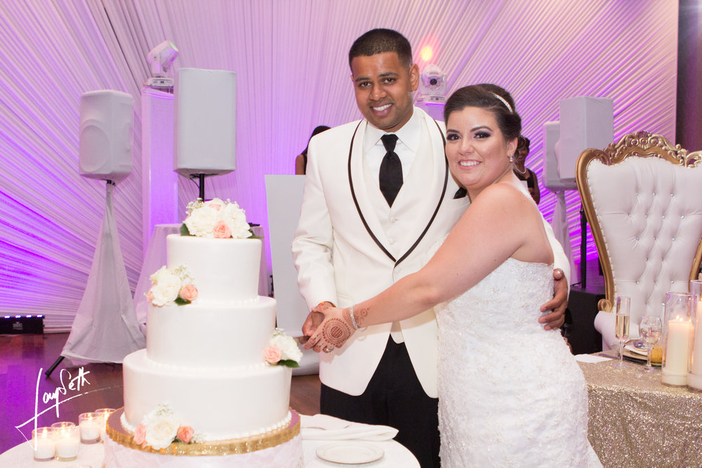 BEAUTIFUL COUPLE CUTTING CAKE