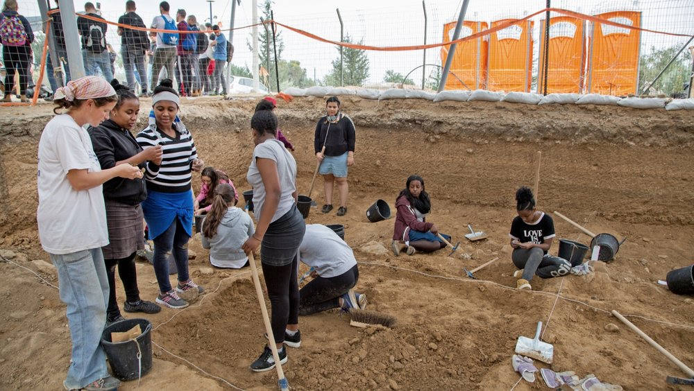 High school students doing archaeological excavations to prepare the Sanhedrin Trail. Photo by Shmuel Magal/Israel Antiquities Authority.