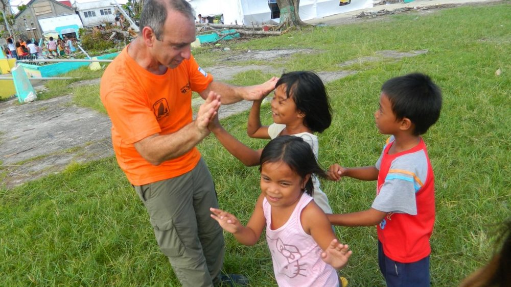 Israeli trauma expert Moshe Farchi working with children affected by the 2013 typhoon in the Philippines. Photo: courtesy ISRAEL21c