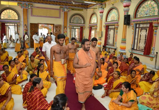 Devotees greet Amma in shanti mandapam before beginning daily pooja