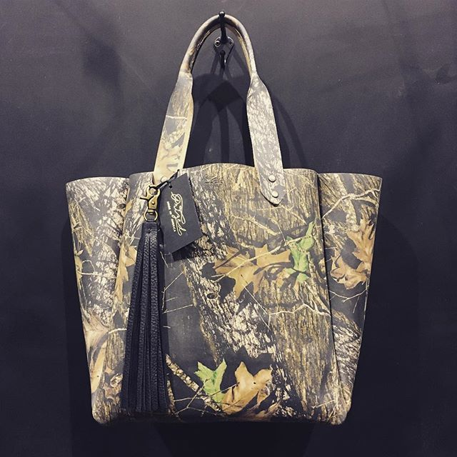 One of our favorite #countrychristmas exclusives.. Mossy Oak Break Up printed leather tote 🙌🏼🙌🏼 #prized #prizedusa #madeinamerica #mossyoak #stetsoncountrychristmas