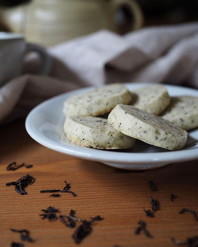 I love tiny cookies. I'm pretty sure that just means you get to eat whole handfuls of them, right?? These Earl Grey Cardamom Cookies are quite small (aka eat all the cookies) and also keep in a tin for about 2 weeks! Recipe link in profile.