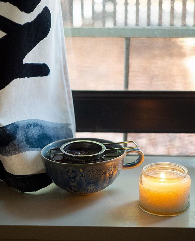 Stressful week? Light a candle. Pour yourself a cup of tea. Take it back to basics and just breathe. This past month has been super busy for me but a pumpkin scented candle at work and this Creme de la Earl Grey tea from @townshendstea kept me grounded.