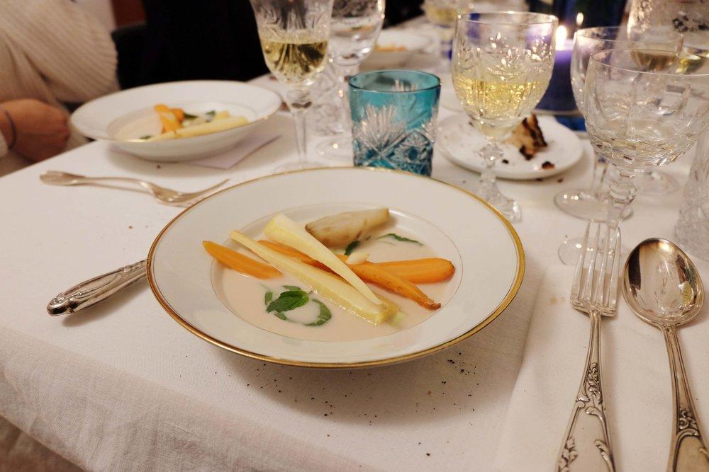 Bouillon coco, citronnelle, légumes d'hiver. Coconut broth, lemongrass, winter vegetables.