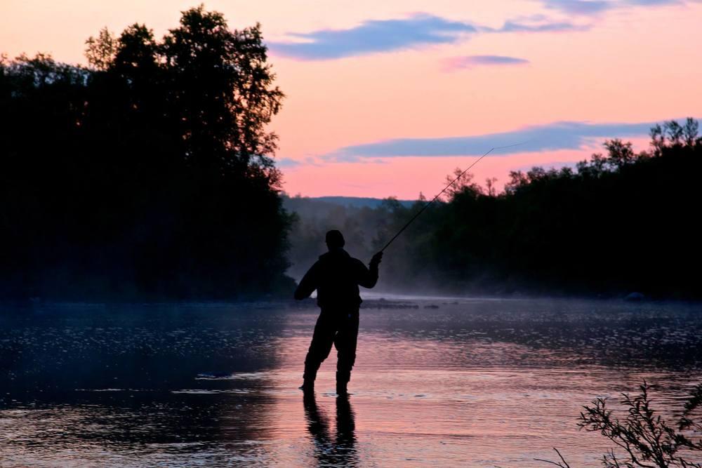 Absolutt én av de vakreste øyeblikkene sommeren 2015. Midt på natta står vi i Váljohka på evig jakt etter laks og myggfri tilværelse. Intet hell med noen av oppdragene.