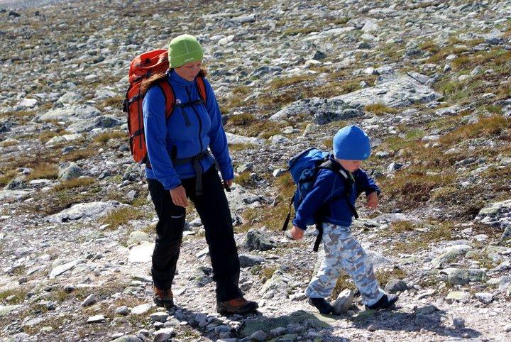 Lille Birk på skarve 4 år til fjells med mamma. Hytte til hytte-tur.