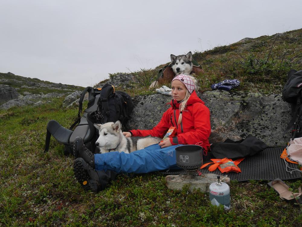 Norrøna svalbard skallbukse og Norrøna Trollveggen skalljakke er gode kvalitetsprodukter som holder regnet utenfor. Pannebåndet er fra den samisk ullprodusenten Graveniid.