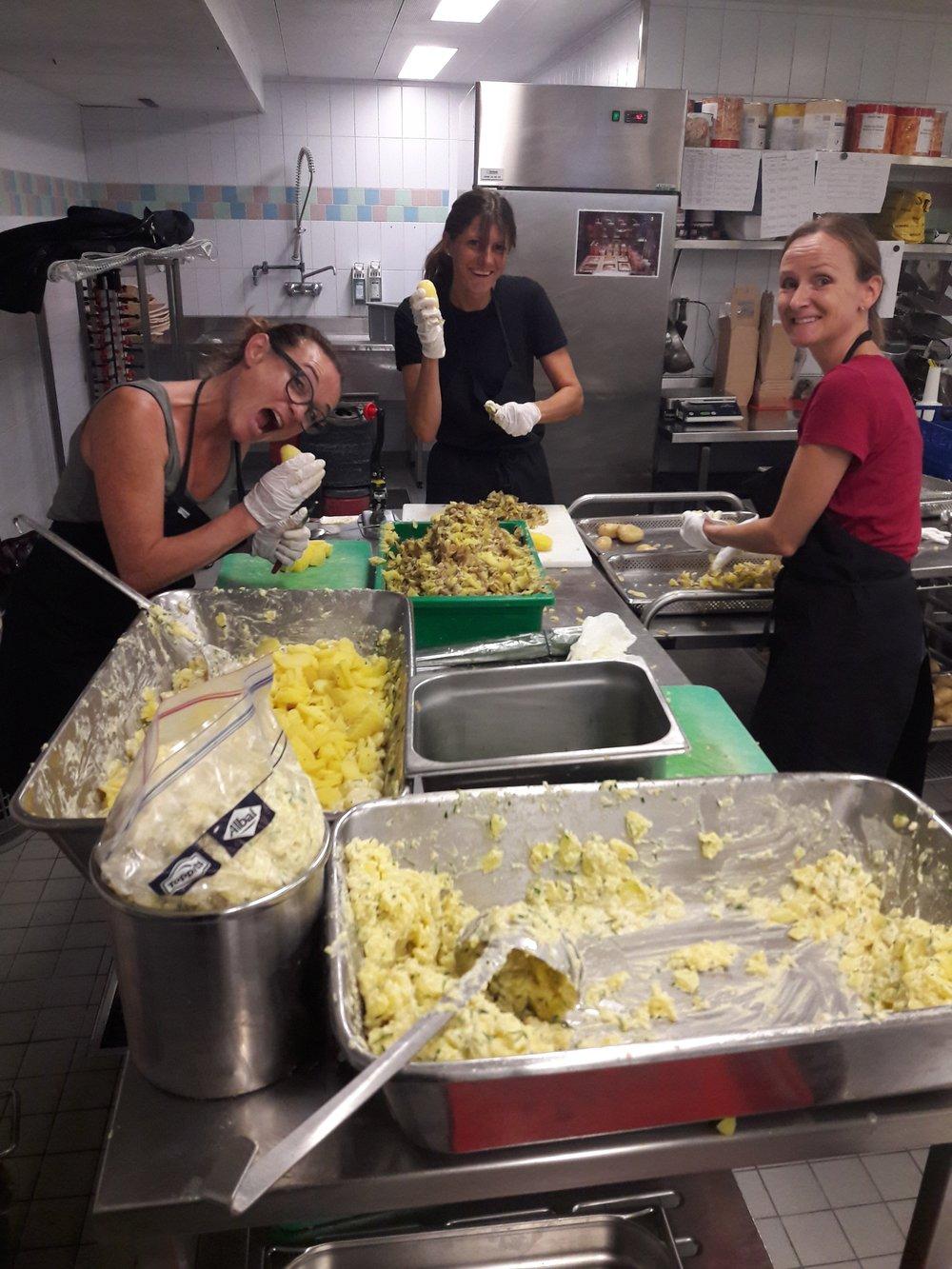 Kartoffelsalatköchinnen in Aktion.jpg