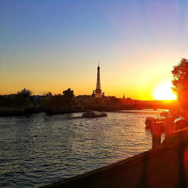 Cozy Thursday nights are perfect for looking at travel pictures from the past...💫🍷Bonjour, mon amour, beau Paris 🗼🇫🇷🌟 #throwbackthursday #travelgram #latergram #monamour #paris #parisianchic #lavieestbelle #travelawesome #citytrip #sundowner #sunset #toureiffel #goodtimes #traveblogger #traveladdict #tbt #picoftheday #goodtimes #laseineriver #travelgoals #cityoflove #romantic #strollaroundtown #exploremore #thatviewtho #breathtaking #dreamaway #lifeisgood #bisousbisous 💋💋💋 #hannamietz 🥂
