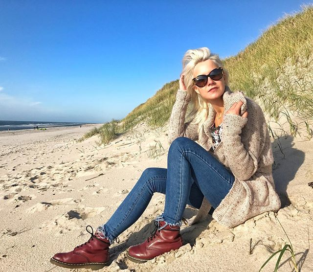 Never forget to LOVE YOURSELF- as self love is the hardest but most important thing at the same time ❣️ Spent this sunny ☀️ autumn 🍂 Sunday at the beach today! Always a good opportunity to think about what really counts in life 💫 #sundaygoals #lostinthought #funday #qualitytime #lifeisbetteratthebeach #goldenautumn #sunnysunday #shinefromtheinsideout #beachlife #kitesurf #kitesurfing #timeforreflection #grateful #lifeisgood #oceanview #thatviewtho #happyme #beconfident #believeinyouself #feelthatmoment #innerbalance #cozyknitwear #woolycardigan #notwithoutmysunnies #favoriteboots #whiteblondehair #ootd #picoftheday #happyweekend  xx, #hannamietz 💋💋