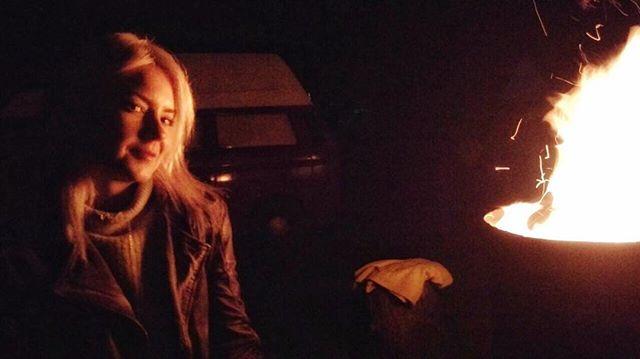 Such a cozy night at a campfire with friends 🔥 Having a few drinks and good talks 💫  #mondaynights #qualitytime #goodtalks #campfire #havingdrinks #mrbrown #inthebackground #autmnnights #cozysweater #leatherjacket #whiteblondehair #thosenights #makememories #redwine #wineoclock 🍷 #alwaysagoodidea #enjoylife #livingthedream #hotflames #onfire #happyme #grateful #goodtimes #friendshipgoals #priceless #enjoythemoment #hotplace #hothothot #mondaymood  xx, #hannamietz 💋❣️🌟