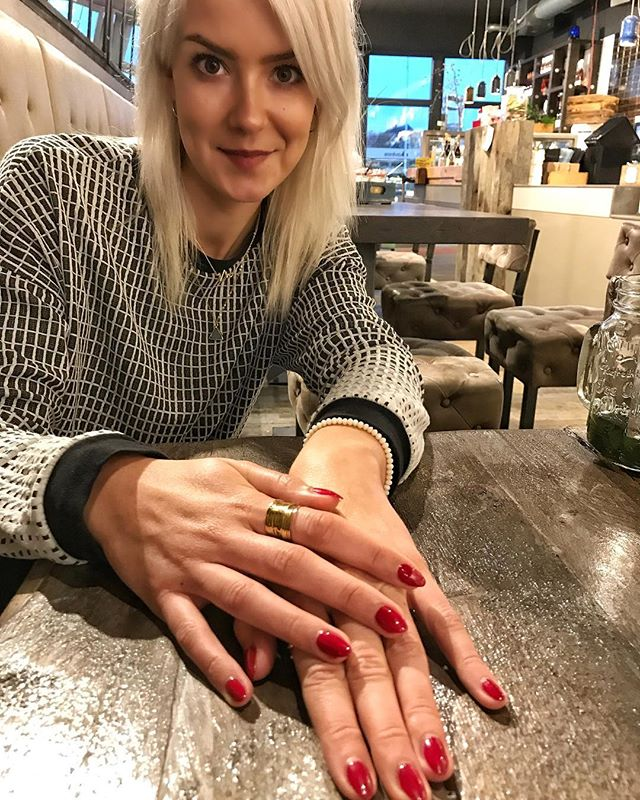 Stay classy in every single way...💫👌✨ So in love with my new shellac nails in absolutely fabulous RED 💅🏻❣️Beauty Sylt is the perfect place if you're looking for any kinda beauty treatment- from manicures, pedicures to eyelash extensions and much more 💓🤗✨ I highly recommend them as they all are doing amazing work⚡️ #treatedmyself #beautyday #shellacnails #manicure #pedicure #beautytime #thatcolor #classyone #shiny #inlove #happyme #beautysylt #beautyblogger #rednails #feelingawesome #enjoyinglife #whataday #afternoontea #fancyplace #cafebar #ladyboss #blackandwhitesweater #whiteblonde #qualitytime #picoftheday #makeeverydaycount #livebeyondtheordinary #laptoplifestyle #onlineentrepreneur  xx, #hannamietz 💋💋💋