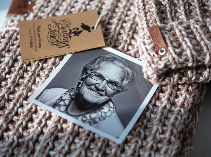 Deze grannie heeft jouw sjaal gebreid - Foto door:  VVB Voermans