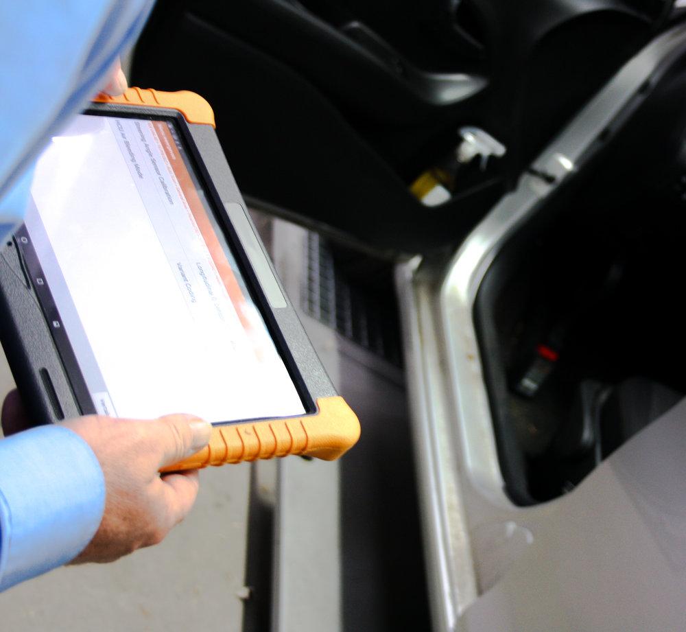 Use case VHC - Een klant meldt zich aan de balie met schade aan het voertuig. Direct loopt u met de klant mee naar het voertuig en koppelt de Vehicle Health Check OBD2 stekker aan het voertuig. Met de automatische voertuigherkenning toont de Vehicle Health Check software op de tablet het juiste voertuig op het scherm (merk, type en bouwjaar) en start u het scanproces van het voertuig binnen enkele seconden. Tijdens het scannen loopt u, met de tablet in uw handen, samen met de klant naar binnen om de intake verder te bespreken. Tijdens de intake wordt het scanproces afgerond en worden de resultaten van de voertuigscan direct met klant besproken. Eventuele storingen die niet gerelateerd zijn aan de schade bespreekt u direct met de klant en bespaart discussies achteraf. Met één druk op de knop voegt u het resultaat toe als PDF in Dw pro en rondt u de intake af.Na het herstel van het voertuig wordt het voertuig meegegeven om gewassen te worden in de wasstraat. Voordat u de auto in de wasstraat rijdt, koppelt u de Vehicle Health Check OBD2 stekker aan het voertuig en start u het inleesproces. Nog voordat het voertuig uit de wasstraat komt, is het uitleesproces al afgerond.In Dw pro staan 2 uitleesrapporten met elk een toevoeging of het een scan in het voor- of naproces betreft.