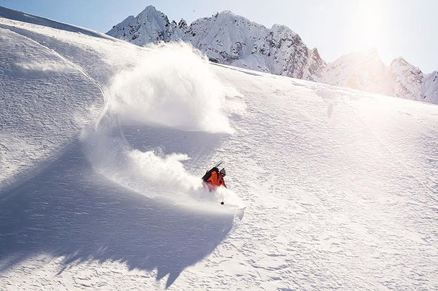 Robert Regford doing what he does best today. Opening up bitchin terrain for stoked skiers 🚁❄️ 👍🏼|| 📷 - @esalesski || #HainesAmerica #fuckyeah