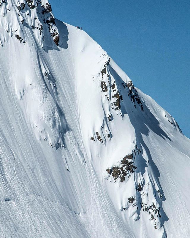 @whitboucher putting on a show for the @stellaradventuretravel clients about to drop into the best runs of their trip. 📷 - @siryancis_bacon || #StellarAK #Swisscheese #rprt