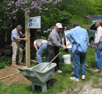 Volunteers Installing Sign-r.JPG