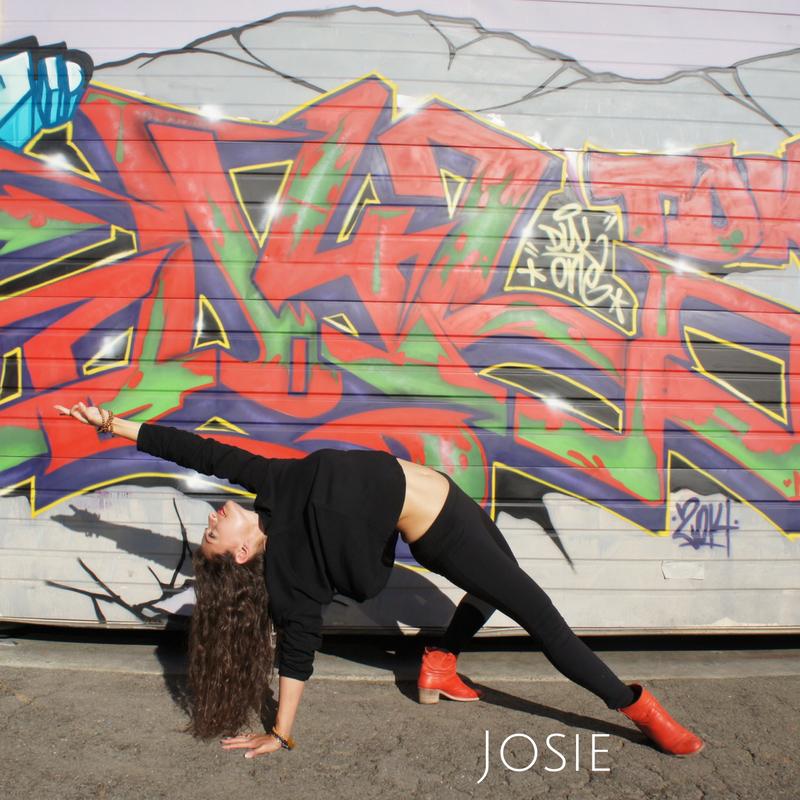 Josie Iuculano   Ayant complété sa formation de Yoga à Nosara au Costa Rica, Josie vous donnera un cours tout à fait différent avec sa musique et sa voix douce et enivrante!