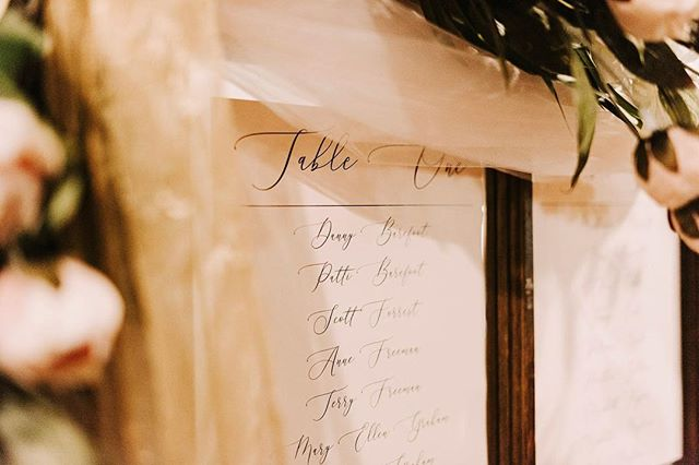 😍 c l a s s i c. . . . Keeping your wedding day stationary simple allows you to get creative with your decor, without it looking over done. #wedding #stationary #graphicdesign #seatingchart #roses #greenery #blush #gold #classic #beauty #love #weddingday