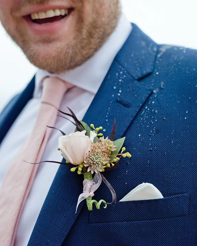 We love the attention to detail that a boutonnière brings on a special wedding day. Flowers often make the men feel beautiful too! ✨💐💖 #boutonniere #groombout #groomboutonniere #groom #weddingday #lasvegasflorist #southernnevadaflorist #mesquiteflorist #mesquitenv #cityofmesquite #overtonnv #valleyoffire #desertwedding photo by @cactusandlaceweddings