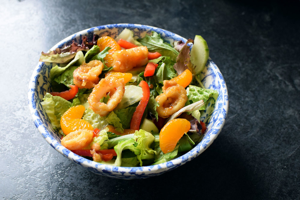 This Sweet Chili Calamari Salad takes 5 minutes and is oven-free - just order from your grocery store seafood counter, chop up some veggies, add the sweet chili sauce, and enjoy! | themillennialmenu.com