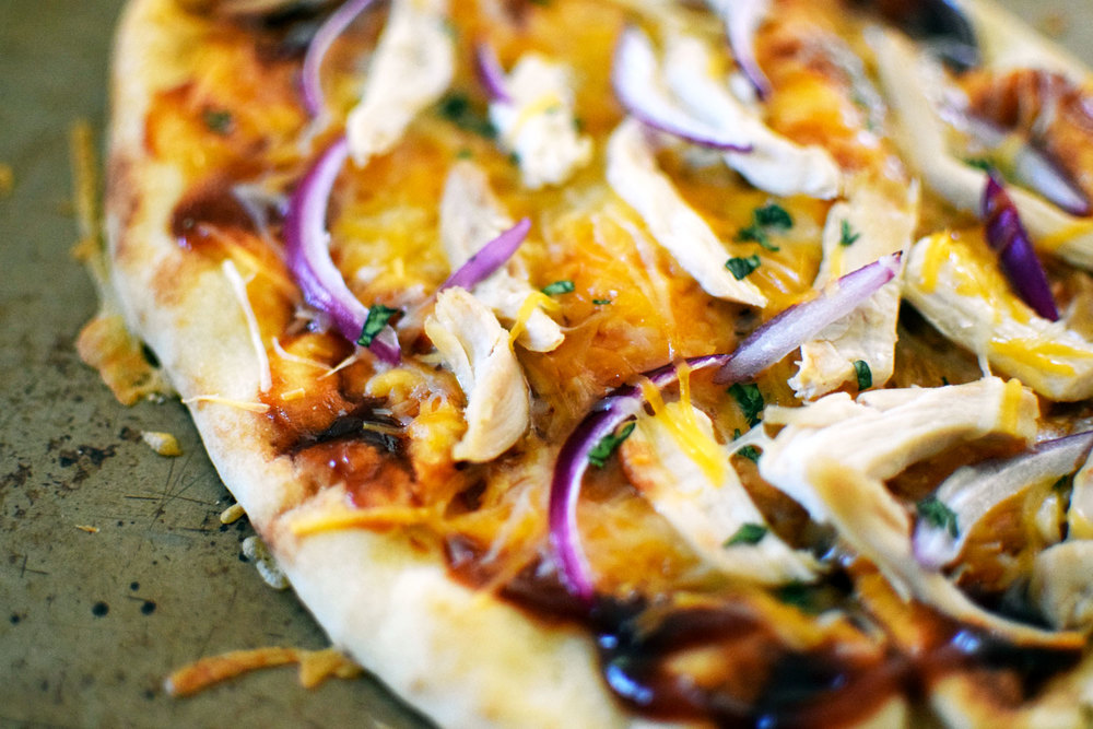 easy bbq chicken pizza takes 6 ingredients and 15 minutes. and its delicious! | themillennialmenu.com