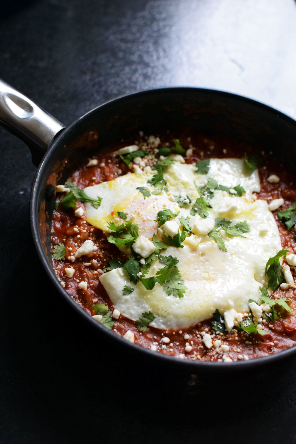 Easy and fast shakshuka is ready in 7 minutes with 0 prep time. you have to try this tomato and egg bake that is vegetarian an healthy! Yum!  | themillennialmenu.com