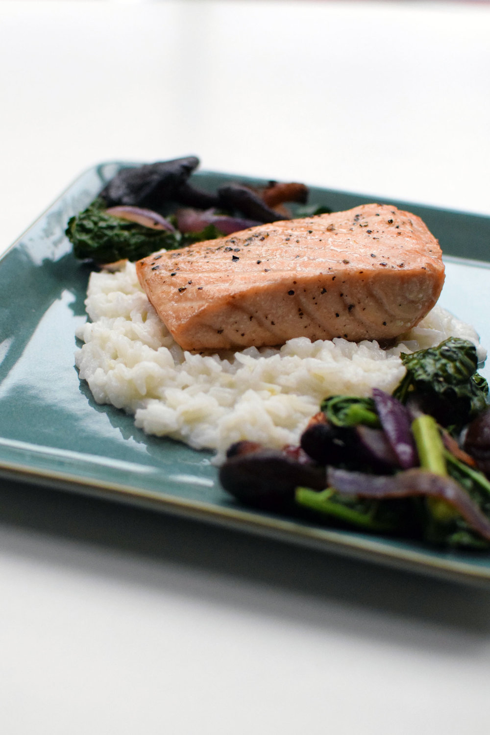 Coconut Lemongrass Salmon with Shiitake Mushrooms, Bok Choy, and Red Onion over Rice. Can you say YUM? And it's SO easy! | themillennialmenu.com