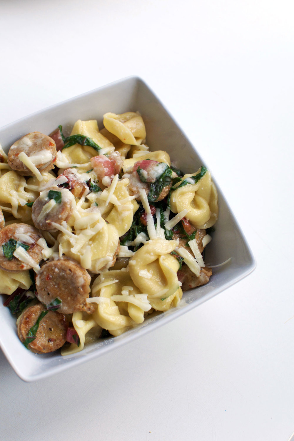 This Chicken Sausage Tortellini Skillet is about to be your go-to 20 minute meal. | themillennialmenu.com