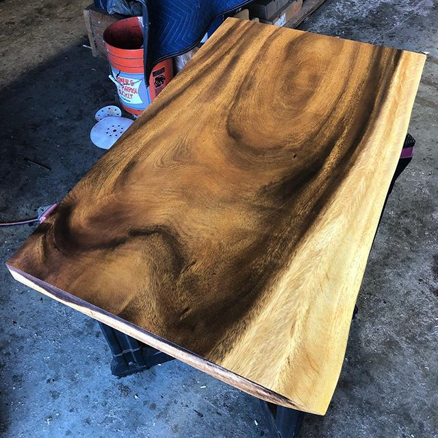 Gotta love that fresh coat of finish on a slab! @generalfinishes seal-a-cell on monkey pod. #woodworking #woodwork #lumber #finish #generalfinishes #sealacell #smooth #monkeypod #enjoy ✌🏻